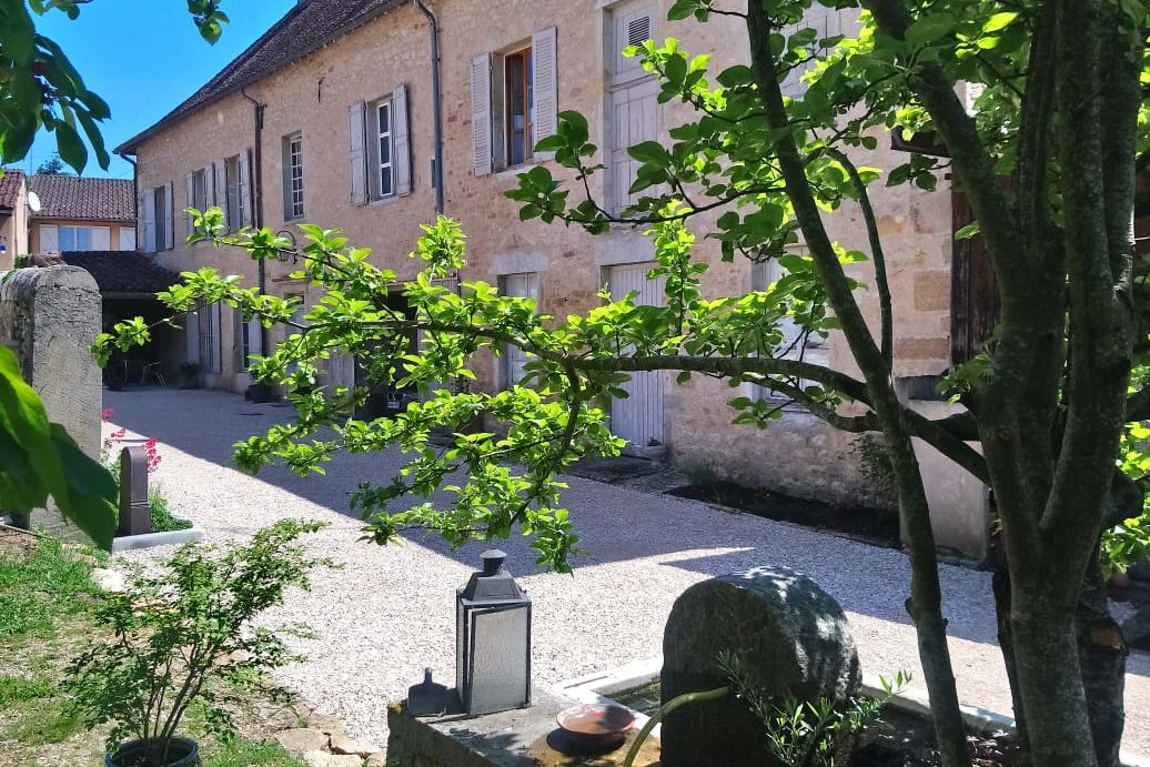 vue sur la tour guillaume à saint amour, jardin gite le Saint amour dans le Jura